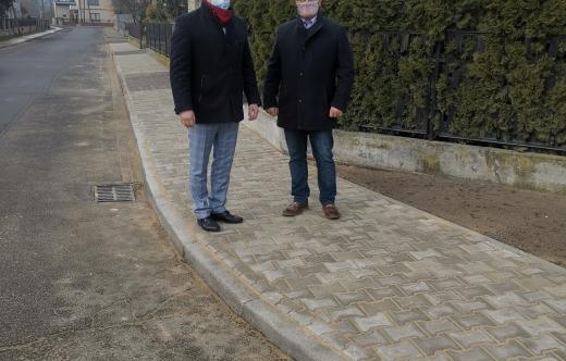 Burmistrz Tomasz Lesiński i radny Karol Kwiatkiewicz na chodniku przy ul. gen. W. Andersa