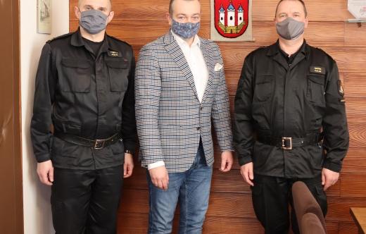 Od lewej:  mł. bryg.Tomasz Polak, burmistrz Tomasz Lesiński, bryg. Marek Kalak