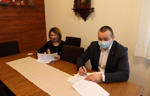 Burmistrz T. Lesiński i skarbnik B. Sławińska