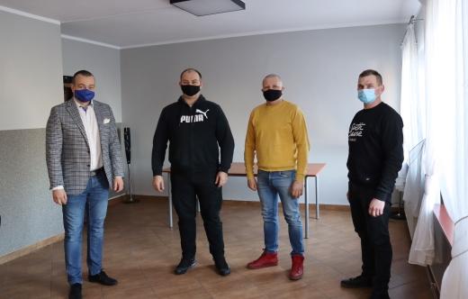 Burmistrz z sołtysem i mieszkańcami Górki