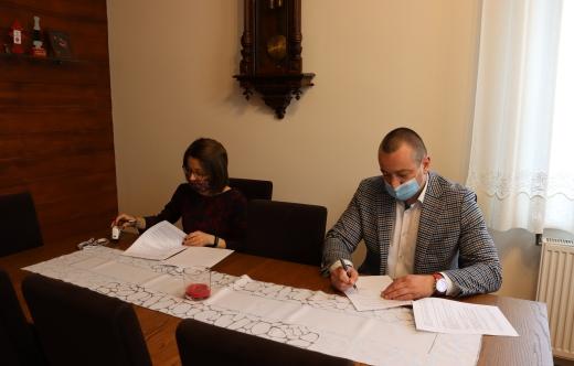 Burmistrz Tomasz Lesiński i skarbnik Barbara Sławińska