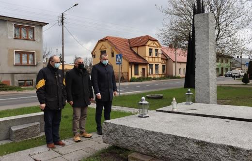 """od lewej: P. Wasielewski, P. Chlebowski, T. Lesiński przy pomniku """"Poległym i pomordowanym za wolność i ojczyznę"""""""