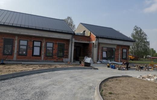 Grafika przedstawia zdjęcie przedszkola w Smolicach