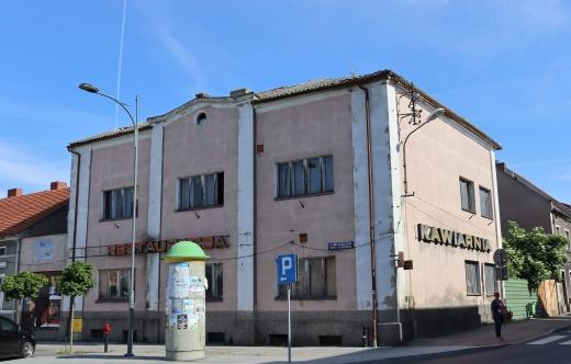 Budynek restauracji Kosmos przy rynku w Kobylinie