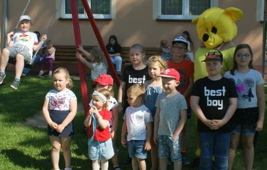uczestnicy festynu z okazji Dnia Dziecka
