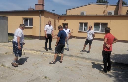 Odbiór pracna placu przed salą w Srokach