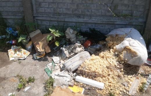 Śmieci zalegające na placu przy ulicy Grunwaldzkiej