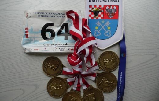 grafika przedstawia medale i nr startowy