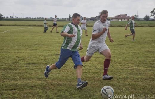 Mężczyźni grają w piłkę nożną