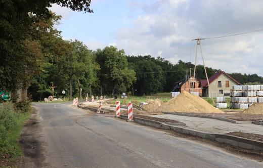 Grafika przedstawia postępujące prace ścieżki pieszo-rowerowej od strony Białej Róży w stronę ul. Kolejowej w Kobylinie czyli utwardzenie terenu, położone krawężniki oraz kostkę brukową.