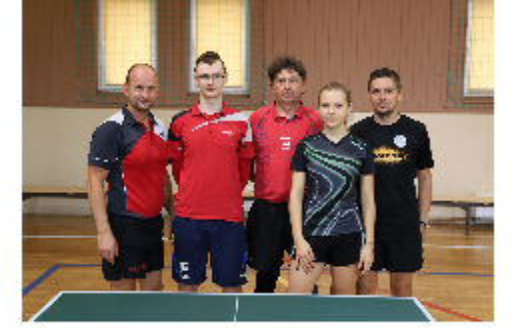 Na zdjęciu kadra tenisistów stołowych LKS Spółdzielca Kobylin przy stole tenisowym na sali Pilawa w Kobylinie.
