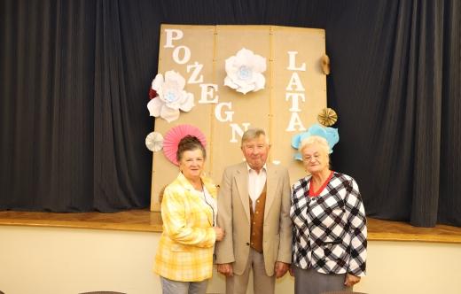 Zdjęcie trzech członków PZERiI na sali szkolnej w Kobylinie.