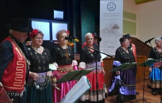 zdjęcie przedstawia zespół Młodzi Duchem podczas występu w dniu seniora koła PZEiR Jutrosin.
