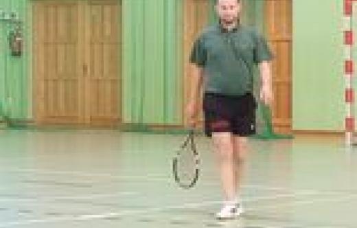 zdjęcie przedstawia tenisistę ziemnego podczas meczu.